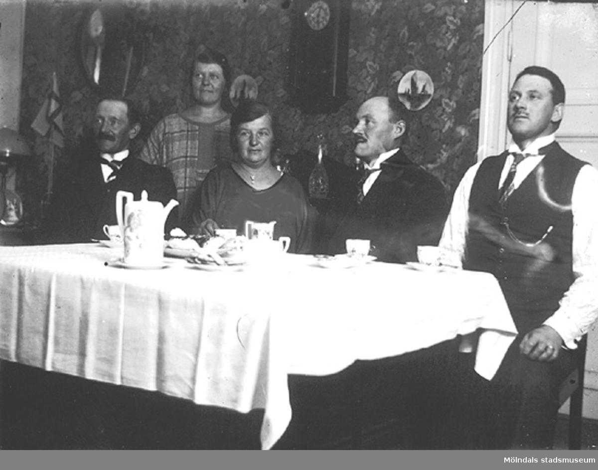 År 1925 på Fässbergsgatan 31 i Toltorpsdalen. Från höger: pappa, morbror, moster, mamma, morbror Anton. Förvärvat från Holger Hansson, Toltorpsdalen.