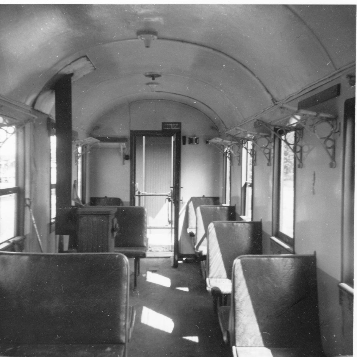 Interiør i personvogn BCo 3 mens vognen var hensatt på Sørumsand Verksteds område.