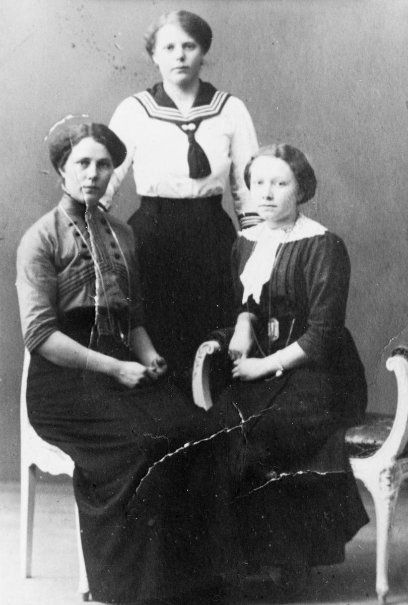 Tre damer. Margit Gran stående bak.