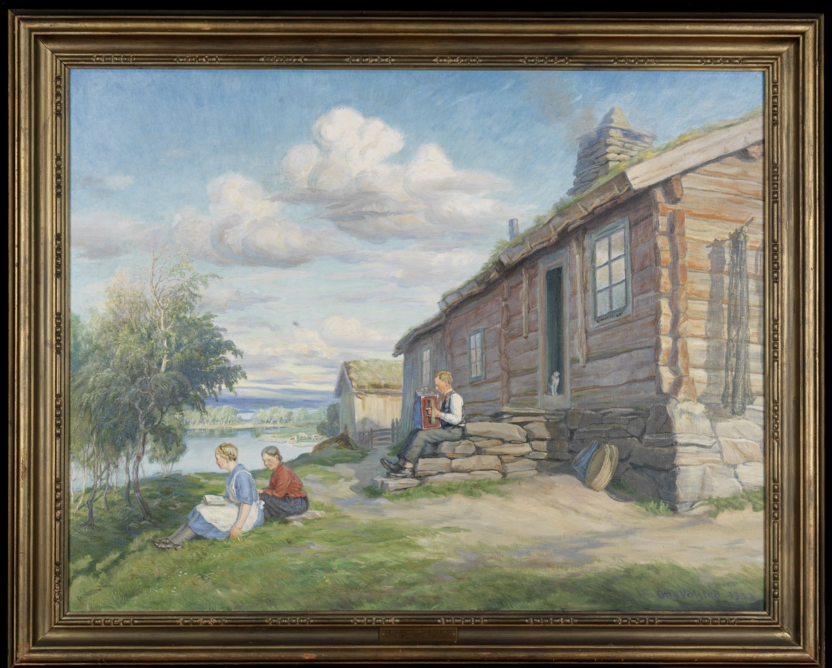 Tilh. rød tømmerstue på skrå mot v., på trappen mann m. trekkspill, i gresset foran 2 kvinner, bjerker, i bakgr. vann, ås