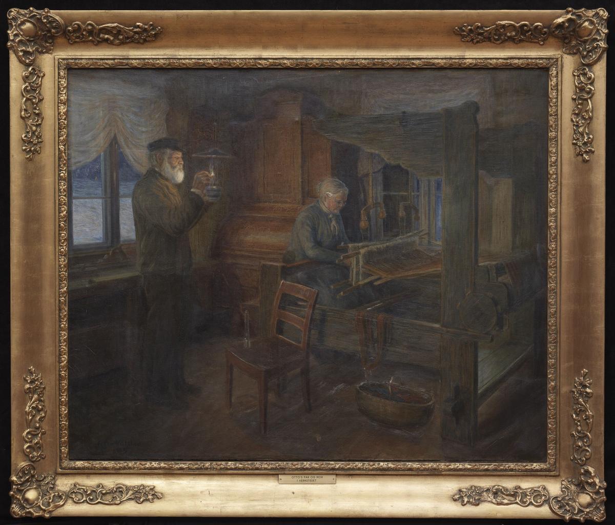Interiør; tilv. stående gml. mann som tenner lampe, gml. kv. sittende v. vev, 2 vinduer, skatoll, mørk tone