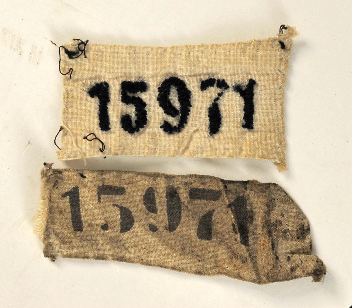 Rektangulært tøystykke med påmalt fangenummer 15971