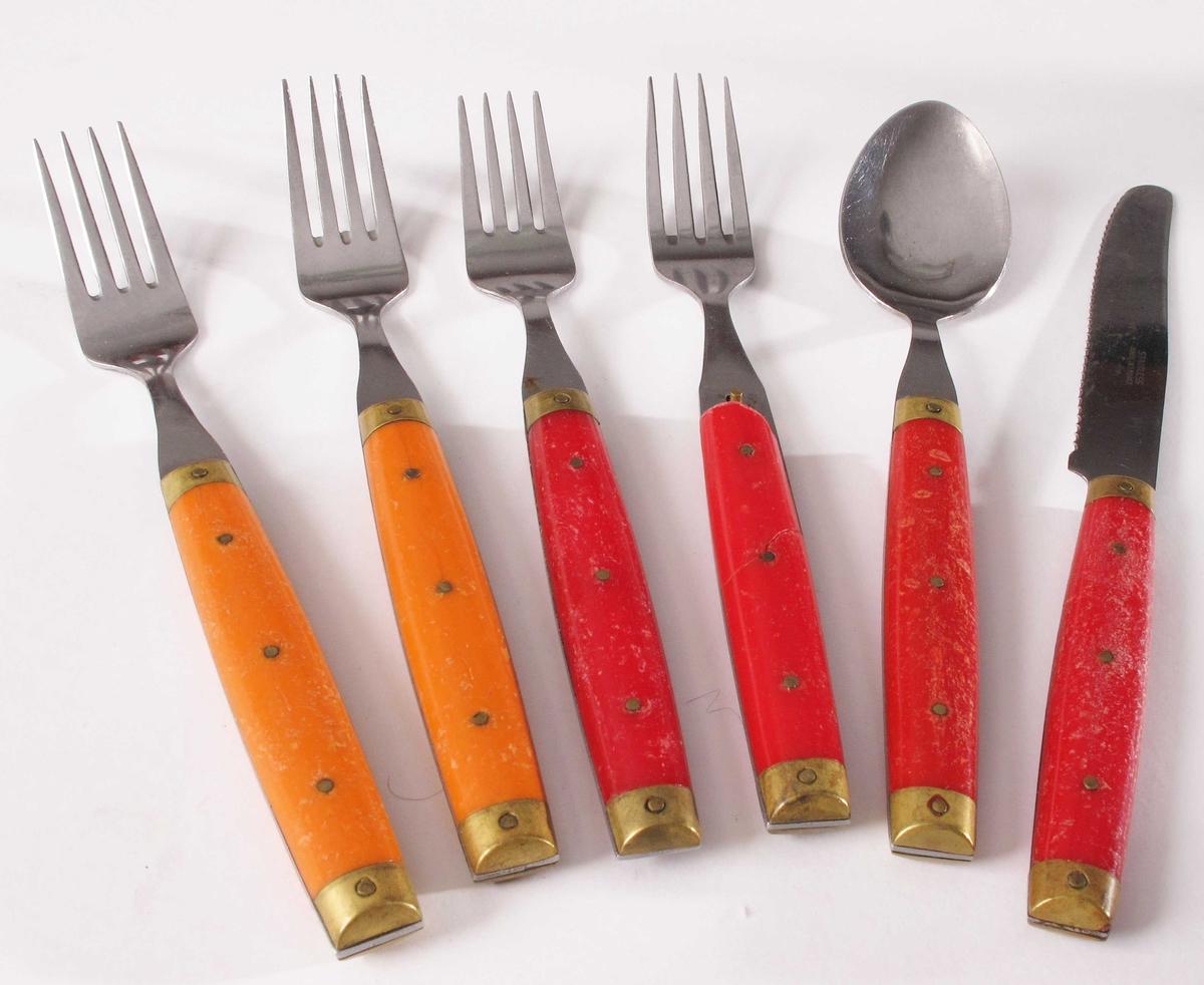 Sett bestående av seks deler, fire gafler, en kniv og en skje.  To typer. a-b)  To gafler med orange skaft med beslag og nagler i kobberlegering.  Fire tinder.   c-d)  To gafler med rødt skaft med beslag og nagler i kobberlegering.  Fire tinder. Litt forskjell på lengden på tindene.   e)  Skje med rødt skaft med beslag og nagler i kobberlegering.   f) Kniv med rødt skaft med beslag og nagler i kobberlegering.  Skaftet er knekt på tvers påd en ene siden.