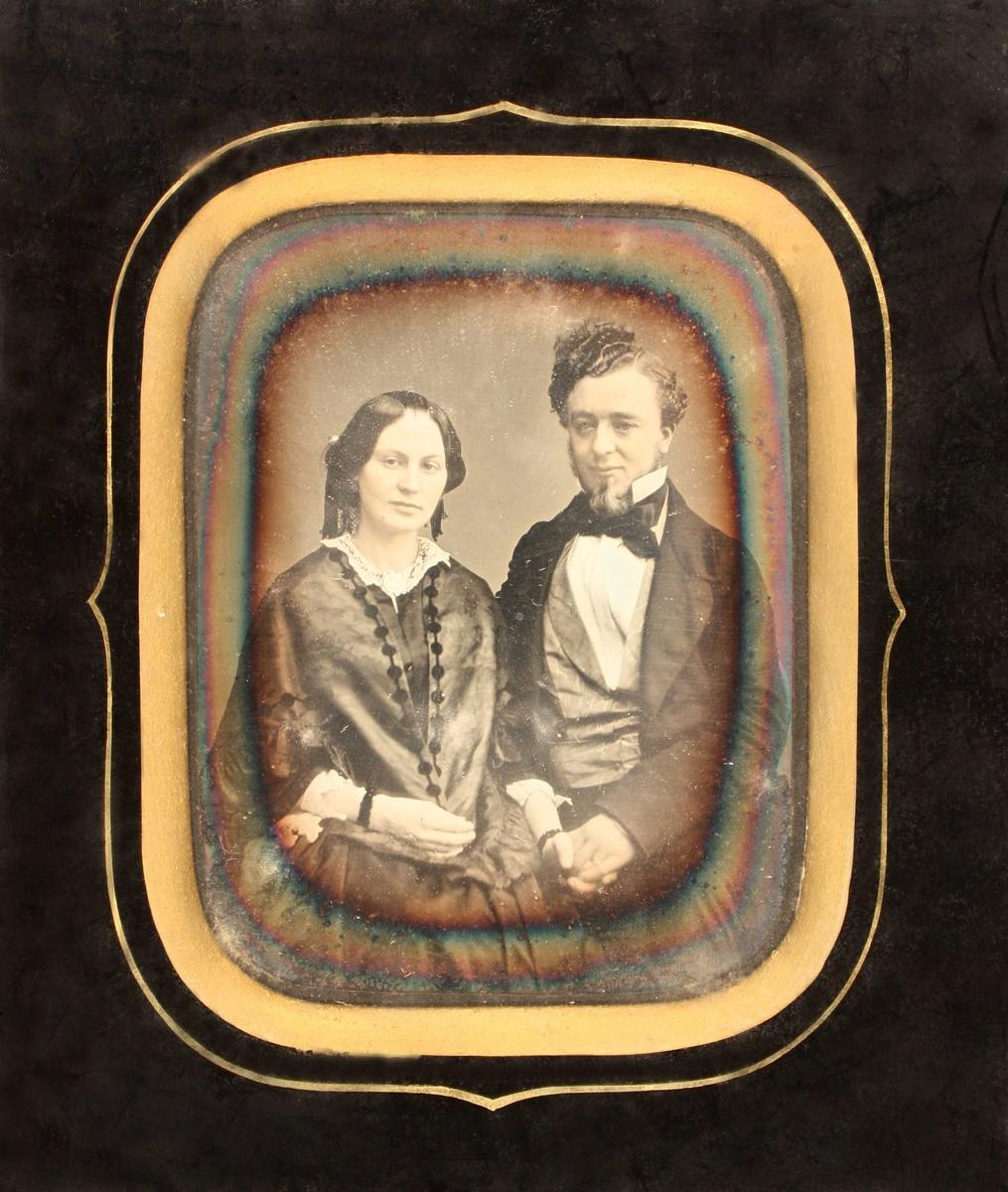 Portrett av kjøpmann  Jacob P Ottersen og hustru Christine,  født Huske,  1856.  Stående mann og kvinne,en face, avsk. ved hoftene.  Hun med sort glatt hår,hvit blondekrave med brosje  i halsen,hvite blondemansjetter, den ene hånd i  sin manns. Han med krøllet hår, fippskjegg høy  snipp og sort sløyfe, lys vest,  mørk jakke. Sort innramning med gull innerst.