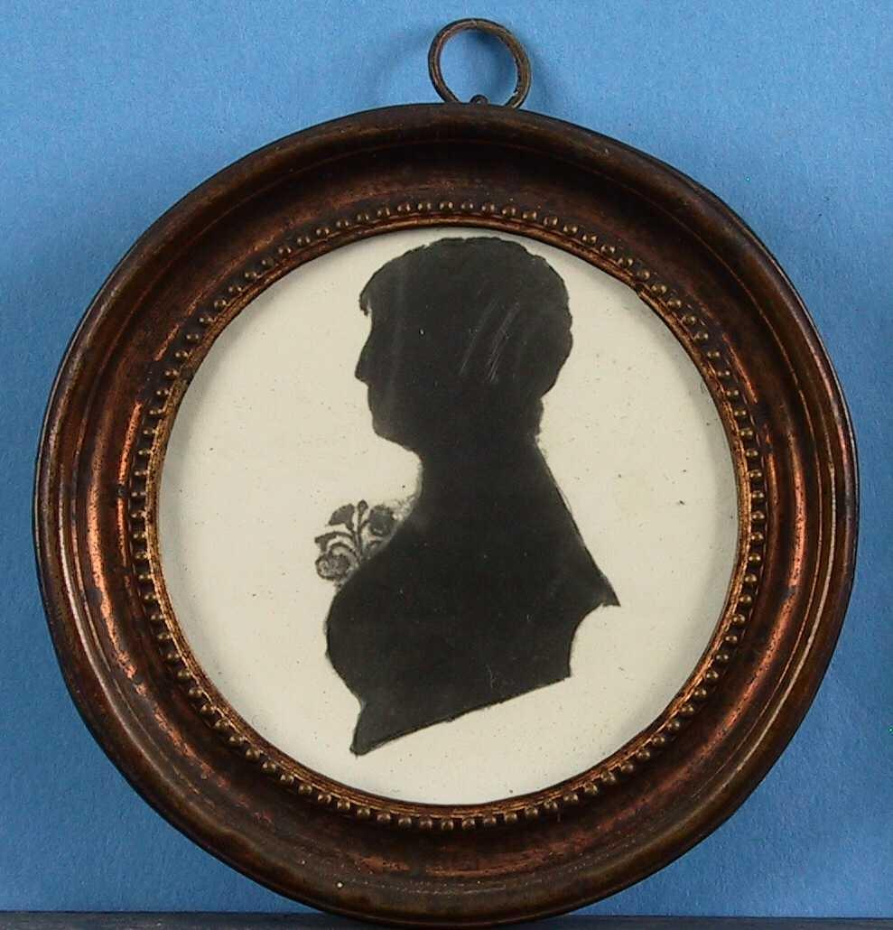 Malt silhouett av ung kvinne.  Oval  m/ ramme 9,3.   Profil v., brystbilde, med en rose på brystet.