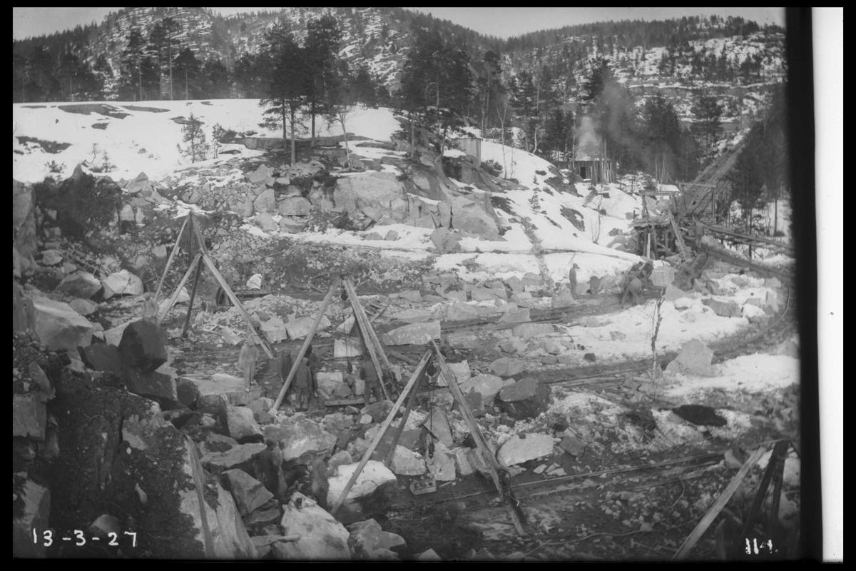 Arendal Fossekompani i begynnelsen av 1900-tallet CD merket 0010, Bilde: 35 Sted: Flatenfoss i 1927 Beskrivelse:  Steinbrudd syd for Steinvassstemmen. Stein til dambyggingen
