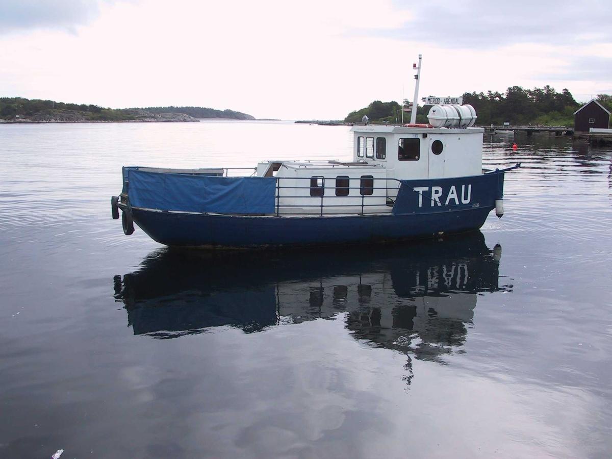 Merdøfjorden med MB Trau som trafikkerer ruten Arendal - Revesand - Merdø. Her under avgang fra Merdø.