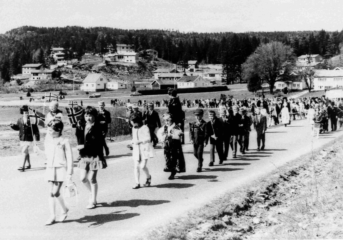 Bilder fra Birkenes kommune Barneskolen 17 mai 1969
