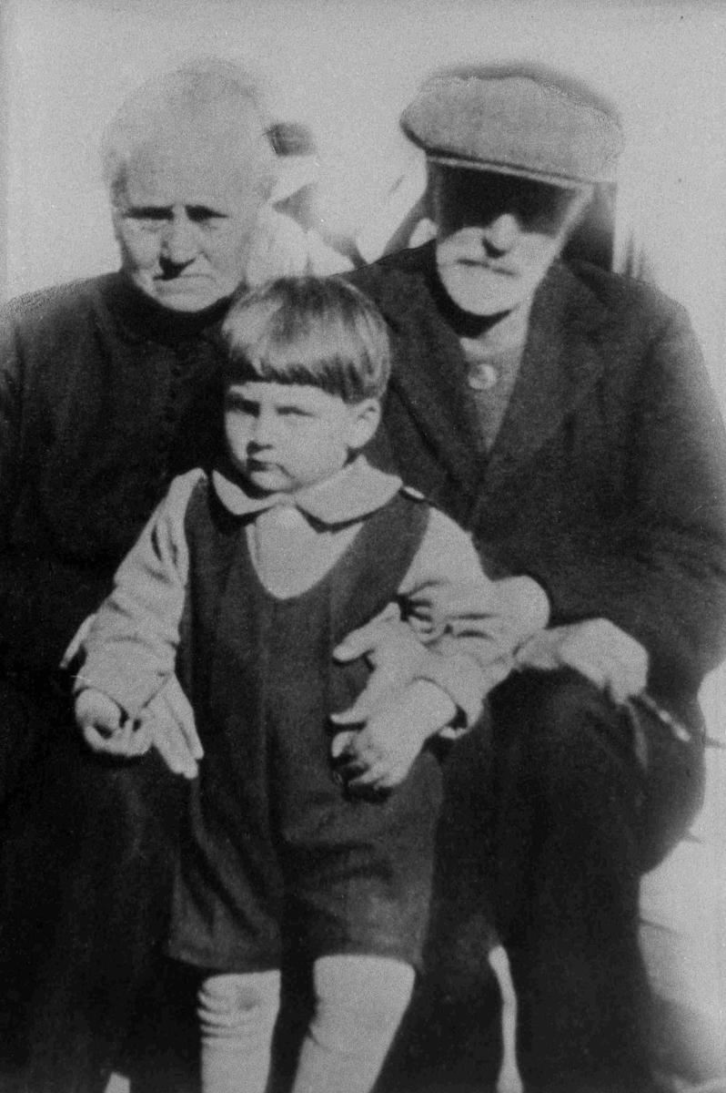 Bilder fra Birkenes kommune M. T. og H. Mollestad med første barnebarn i 1929
