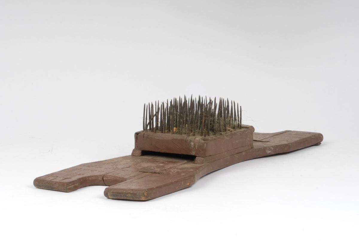 Form: U-formede handtak Piggene er festet til en trekloss på oppbygd tresåle. Ett av trestykkene er festet med to jernkramper