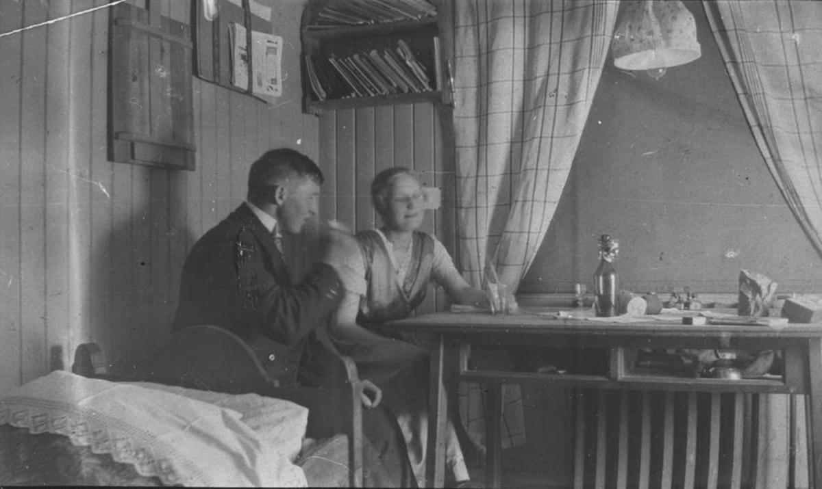 Asbjørn Ingeberg har besøk på hybelen sin. Hvam Landbrukshøyskole. Besøk av Anna Stenerud og hans senere kone Hilda (f.Tronaas), det er hun som har tatt bildet.