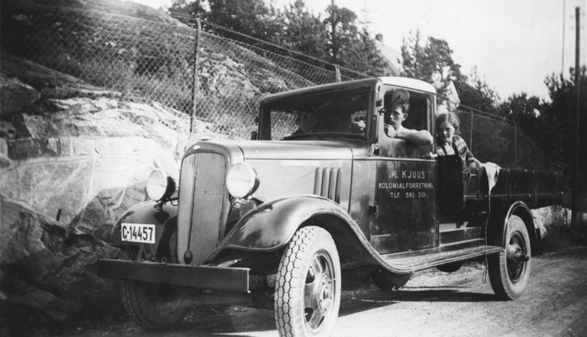 Bilen til Thorleif Kjus. 3 personer.