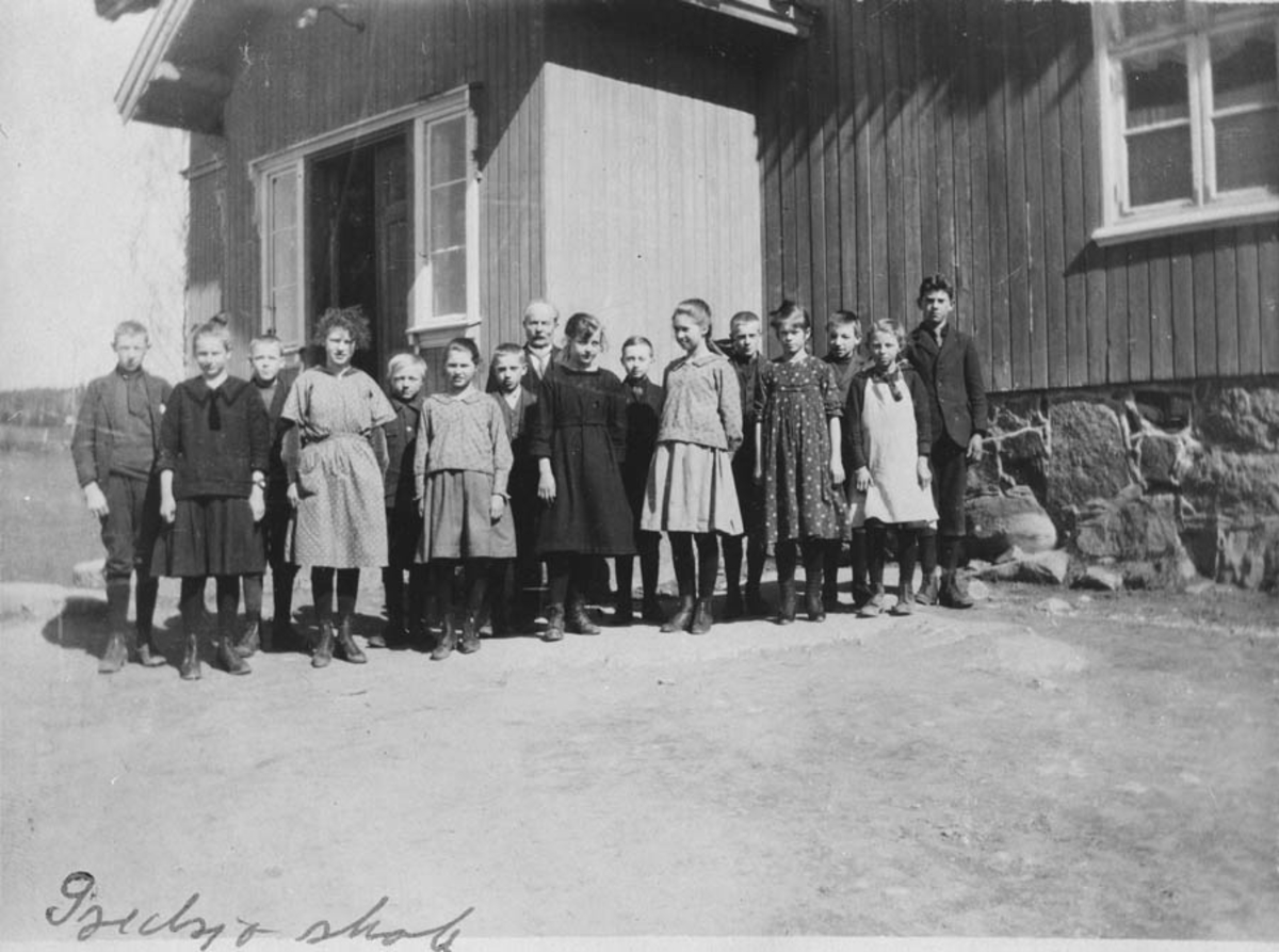 Elever foran skolen.