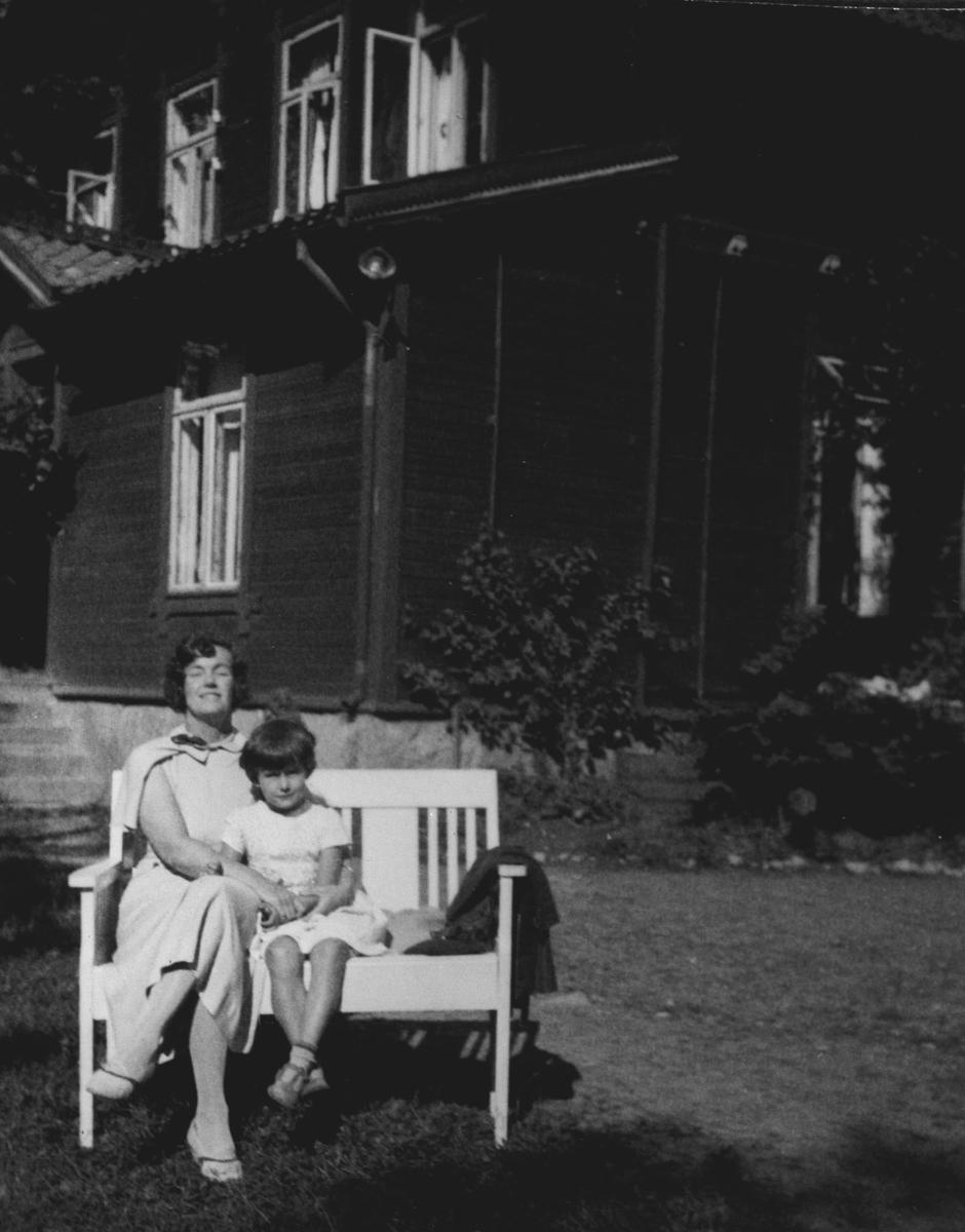 Kvinne og barn på benk