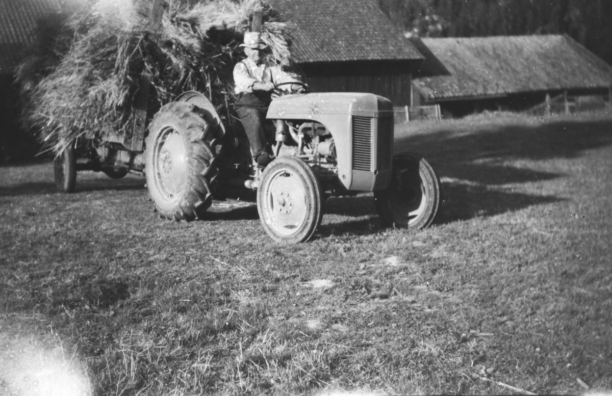 Låve og fjøs i Pollen. Oscar Børresen på traktor.