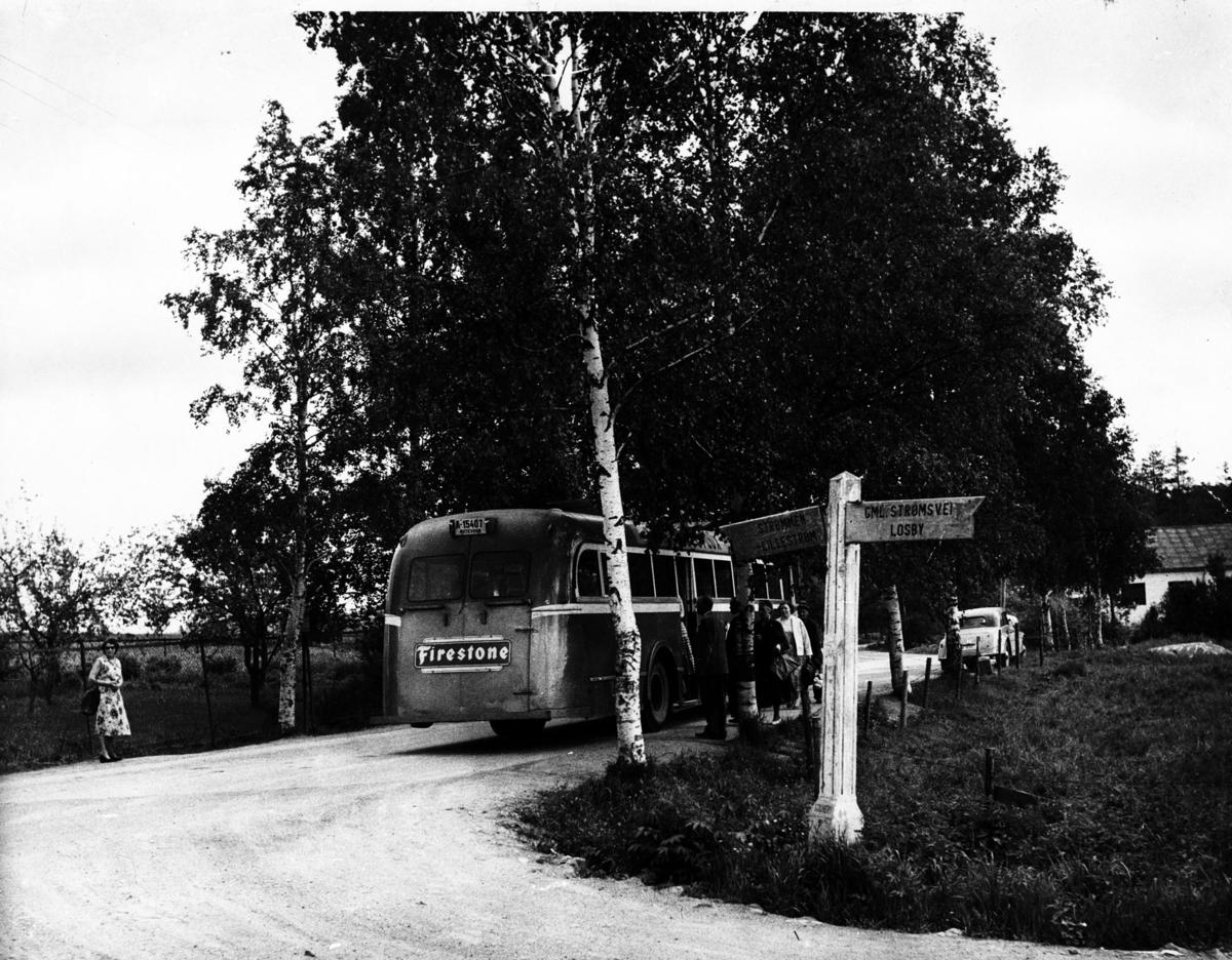 Passasjerer går på buss i Solheimskrysset.