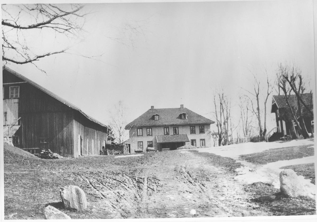 Gårdsplass med hus og uthus. Nordre Stalsberg gård.