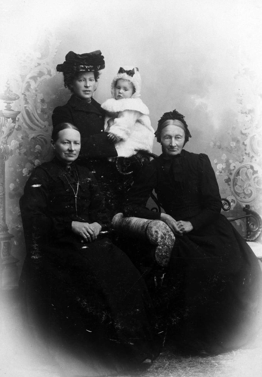 Fire generasjoner på Berg. Studioprotrett av fire kvinner, fra oldemor til spede oldebarn