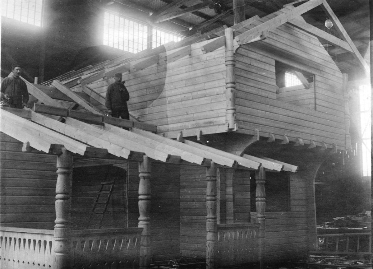 Laftehus under montering i tømmermannshallen på Strømmen.
