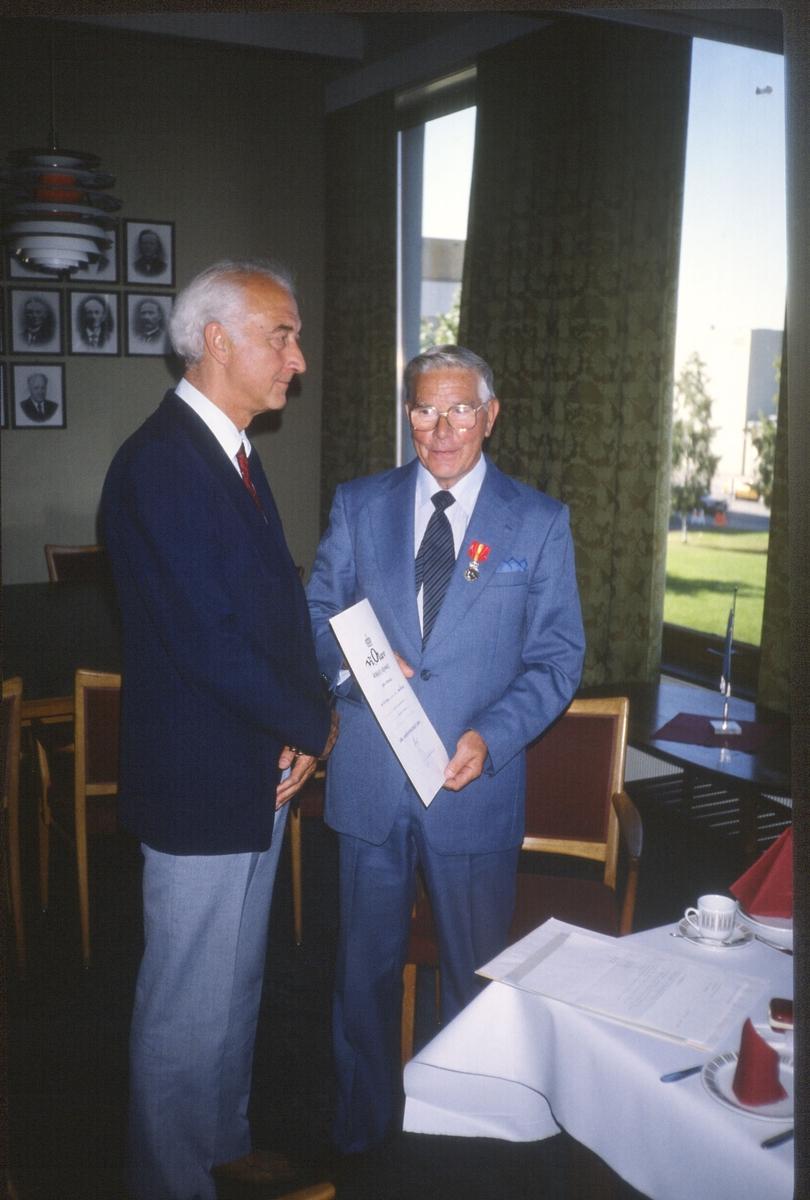 Utdeling av Kongens fortjenesemedalje til Jørgen Hansen, ved ordfører Leif Håkonsen i Rådhuset, Strømmen.