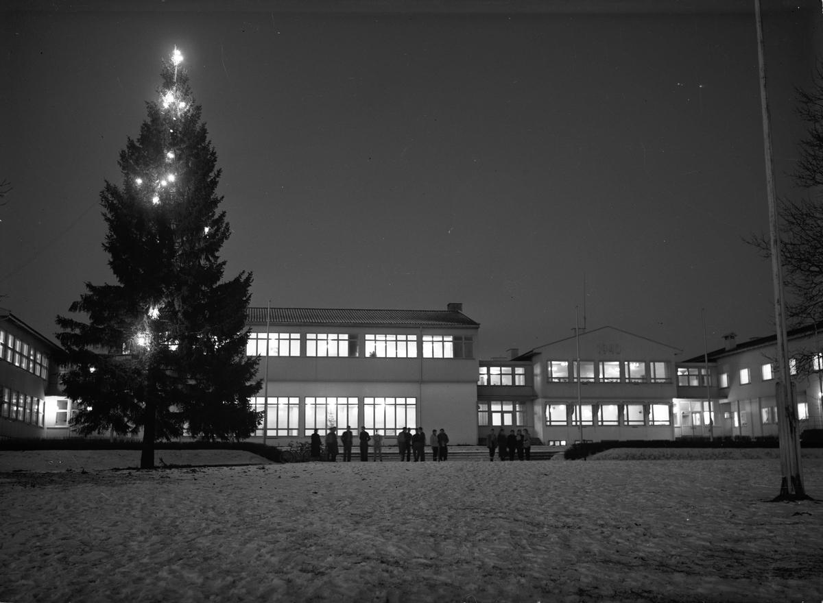 Romerike Folkehøyskole ved juletid.