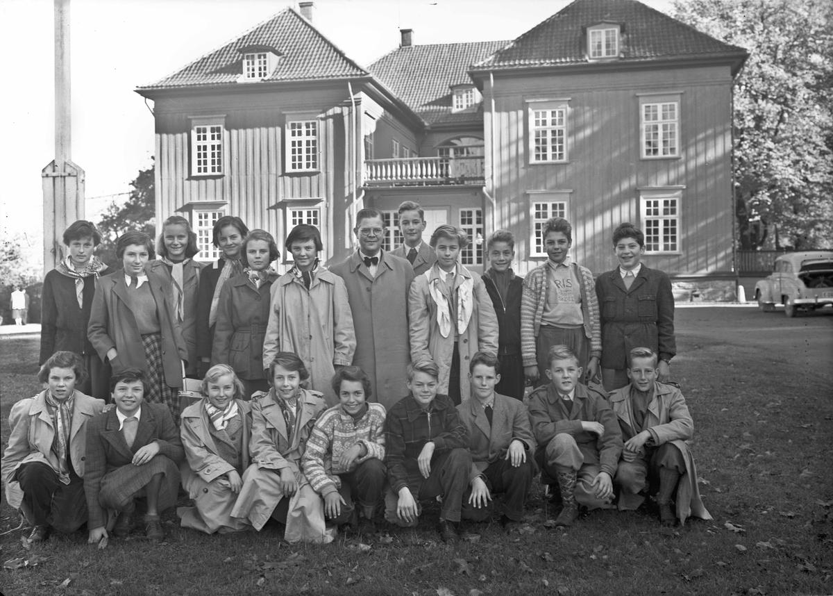 Gruppebilde. Ungdom foran Eidsvollbygningen. Besøk fra Ris skole?