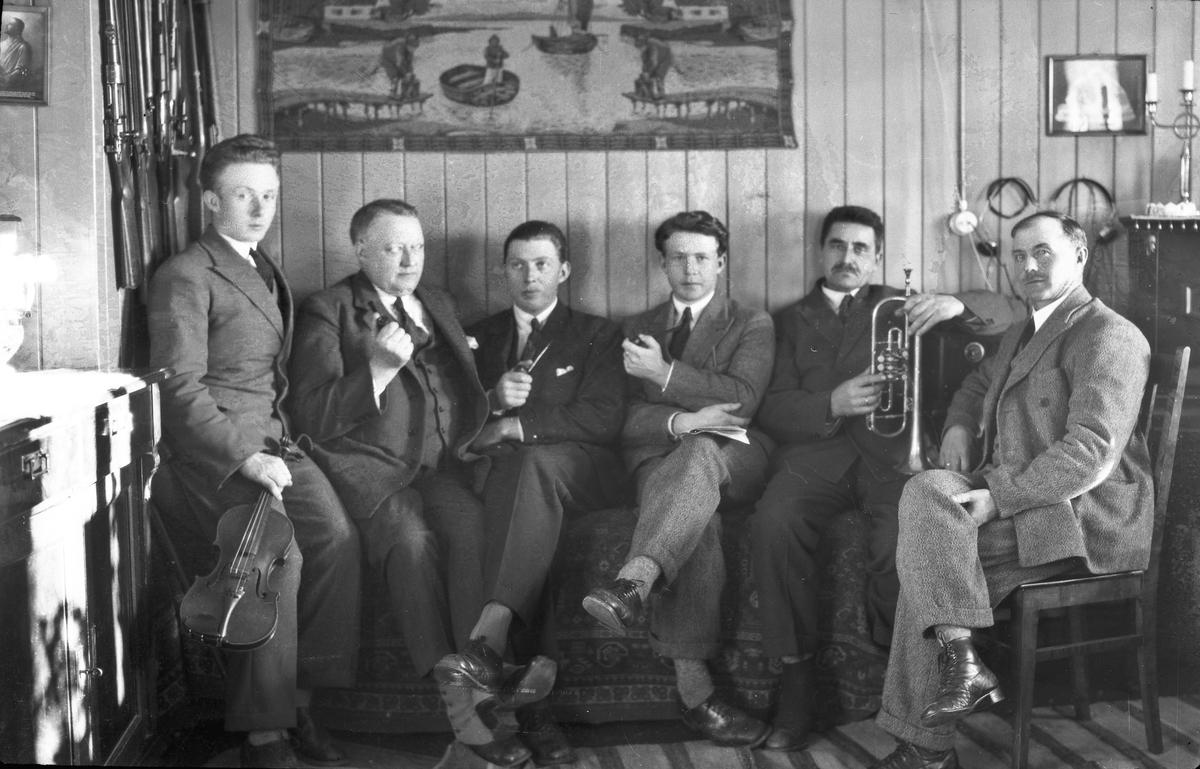 Gruppe menn - 2 med instrumenter.