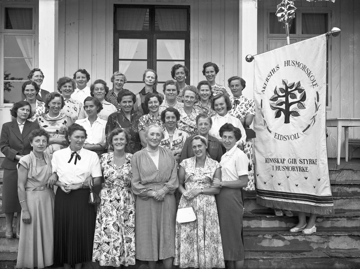 Kvinner utenfor Akershus Husmorskole, Eidsvoll. Bestyrer Helene Hval foran. Sannsynligvis et jubileum.