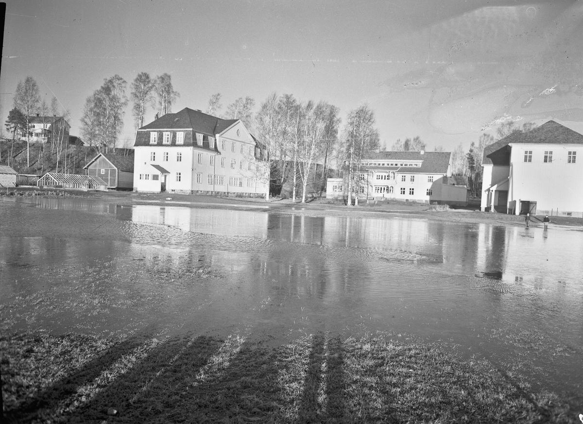 Bjerkly Ungdomsskole. Flom eller mye vann på jordet.