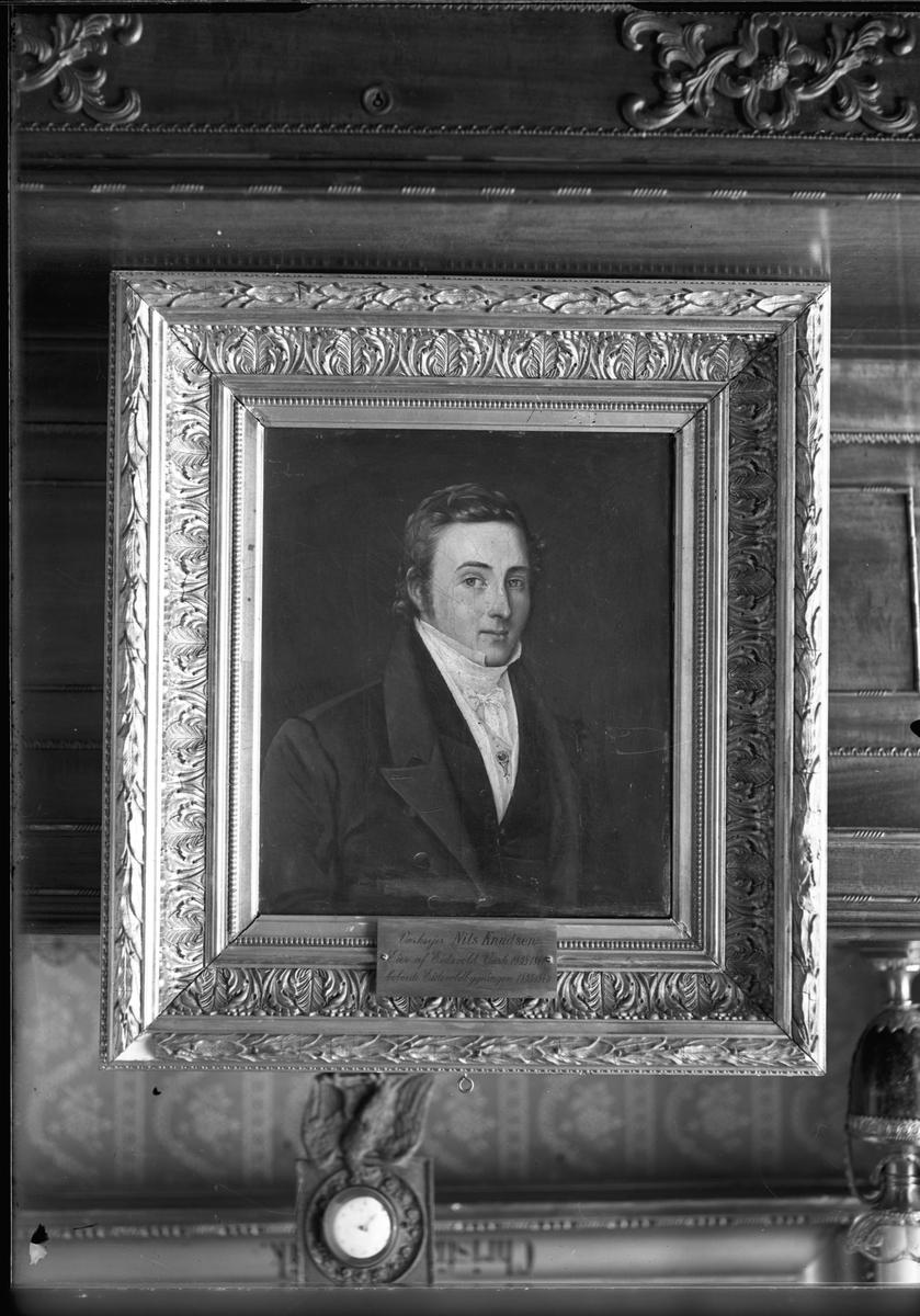 """Avbildet maleri. """"Værksejer Nils Knudsen. Eier av Eidsvold Værk 1838-1891 bebodde Eidsvoldbygningen 1835-1843""""."""