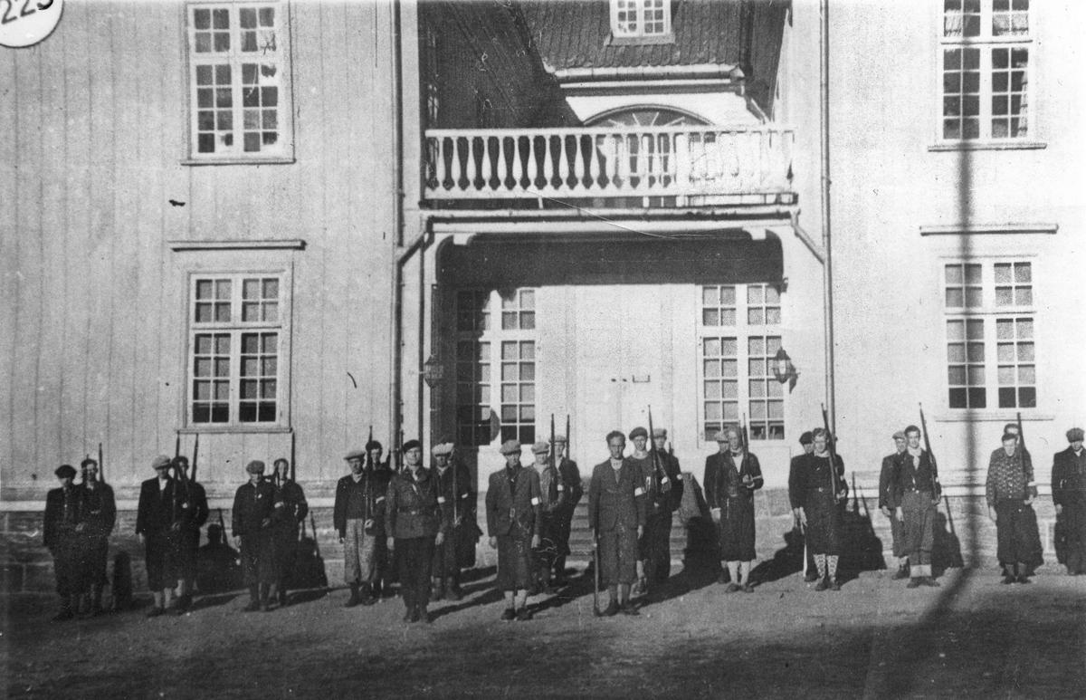 Hjemmestyrker ved Eidsvollbygningen.