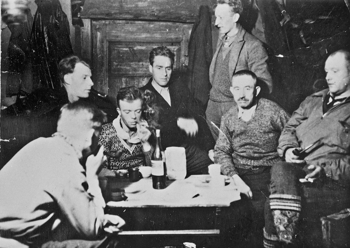 "Drosjesentralen, Eidsvoll 1943. Fra v.: X, Lars Kind, Gunnar Alm Hansen, Kolbjørn Skauerud, Lars Bry, Asbjørn Vestli, Hans Kind (""Storsmeden"")."