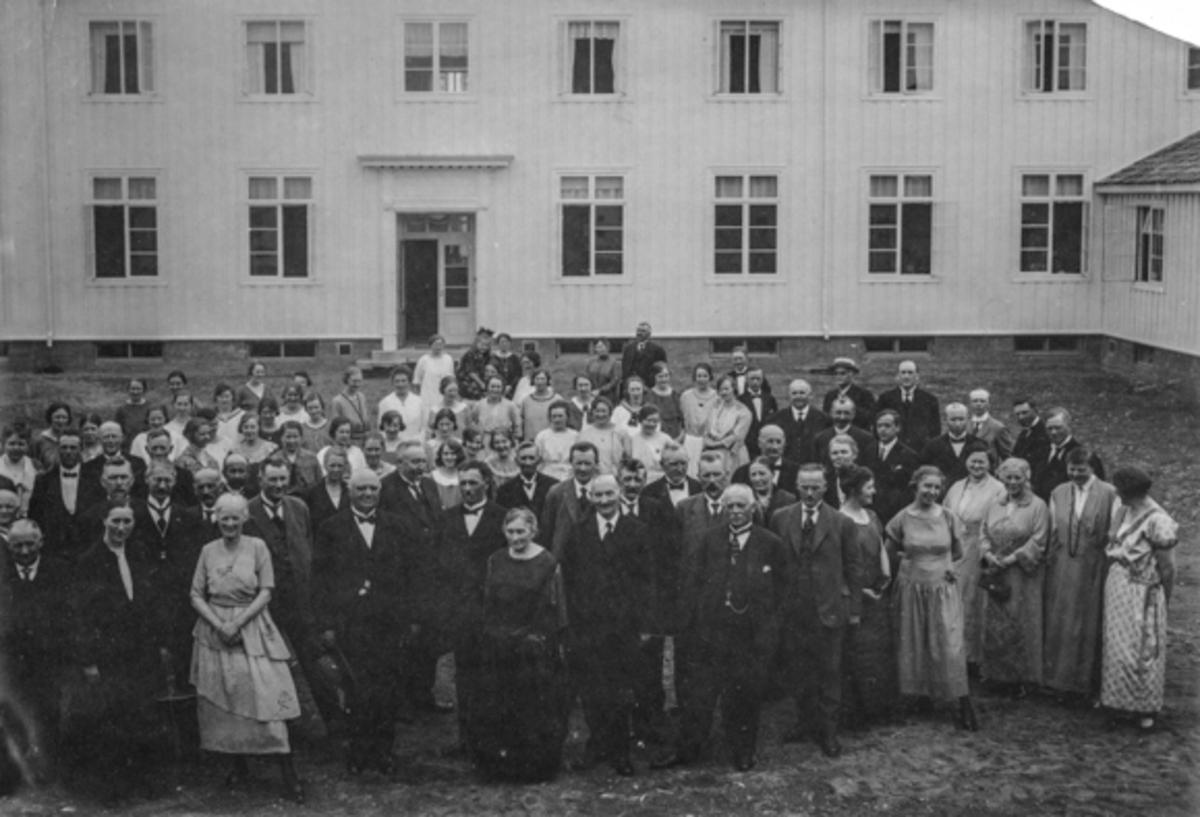 Gruppe fra Akershus Fylkes Husmorskole, Eidsvoll. Bestyrer Helene Hval foran til venstre.