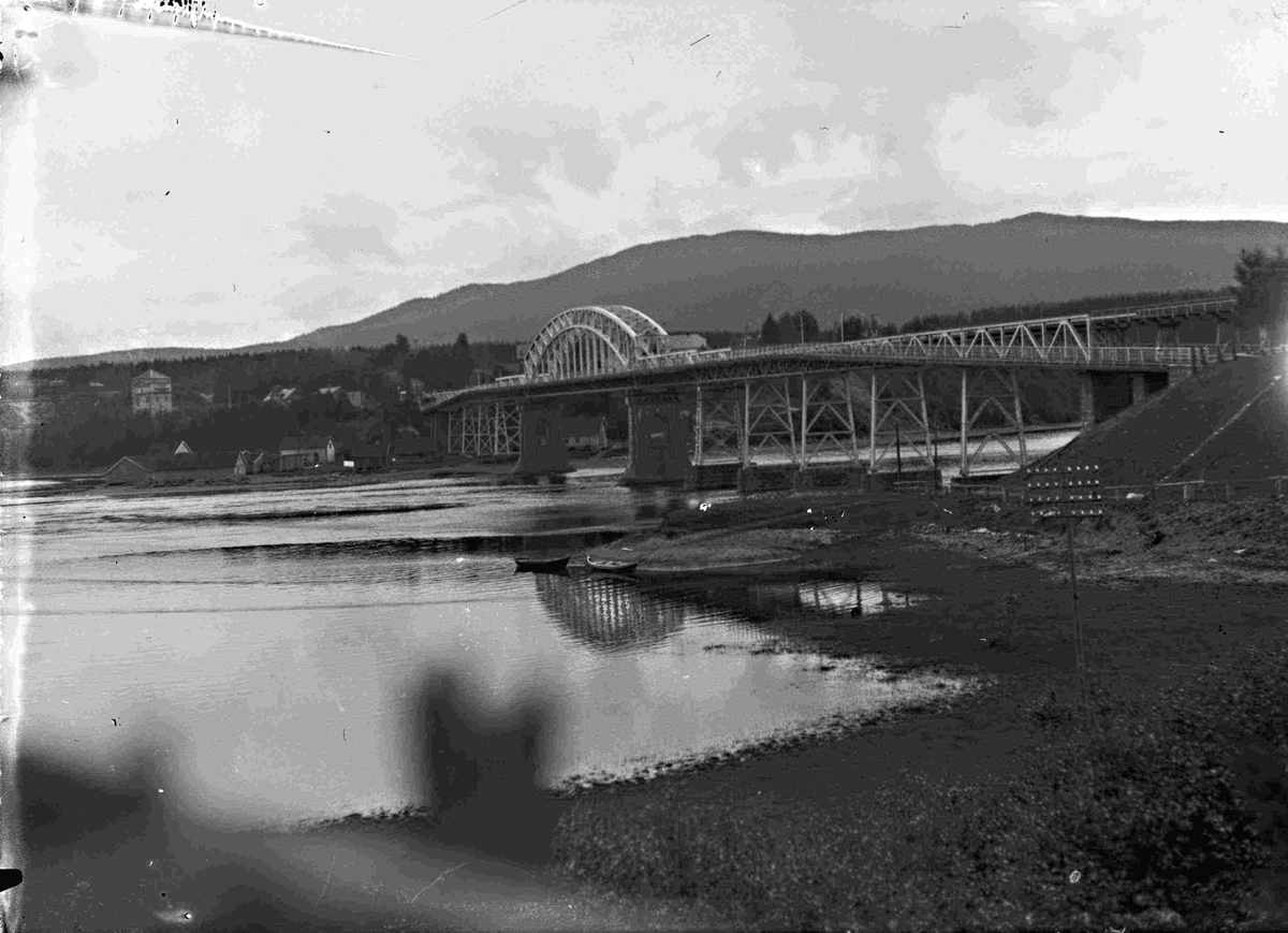 Minnesundbrua med påbygd kjørebane festet utenpå jernbanebrua. Dette tilbygget ble ferdig i 1925