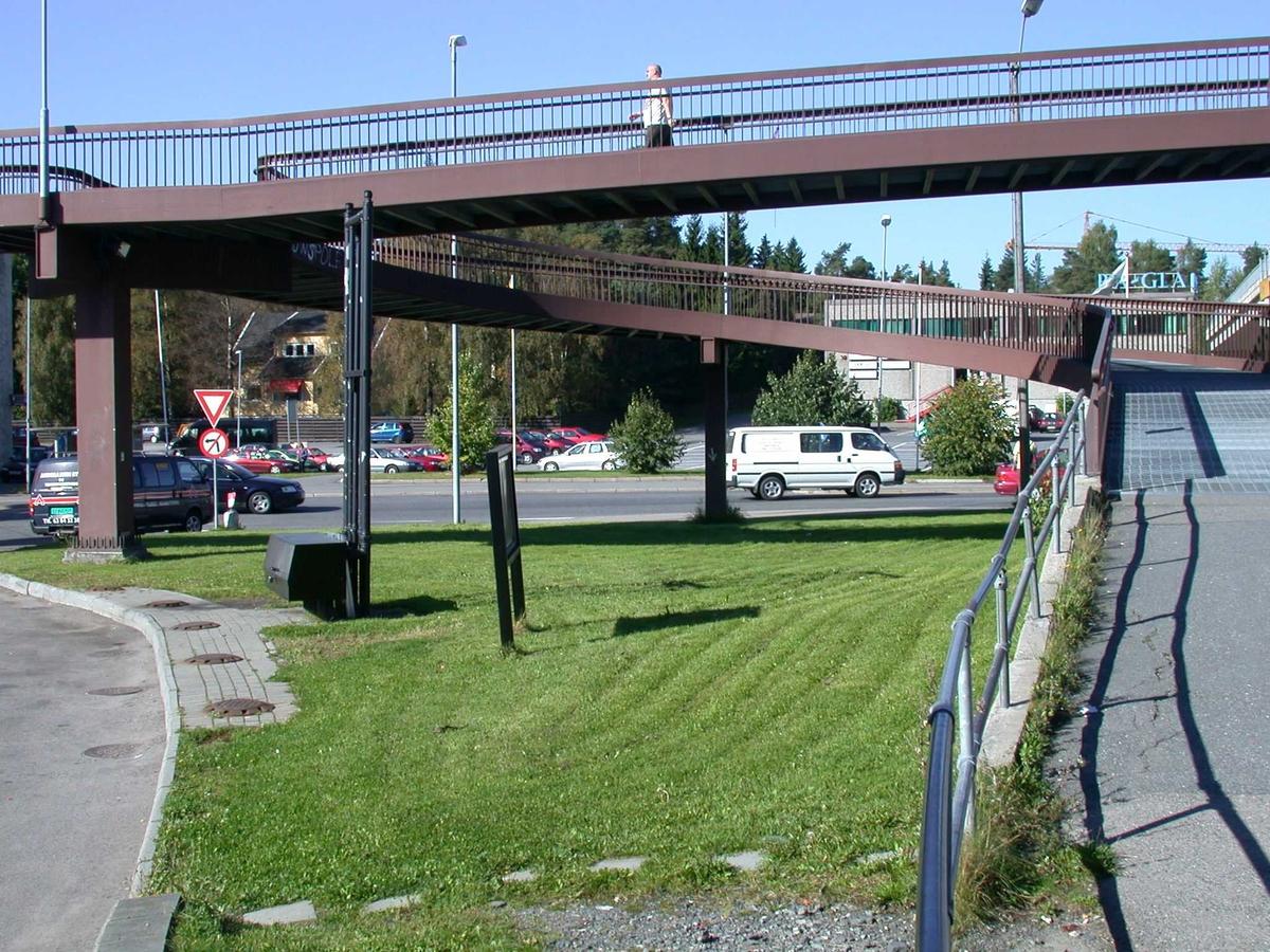 Gang- og sykkelbroen i Solheimskrysset.  Gressplen ved Esso Fotovinkel: V