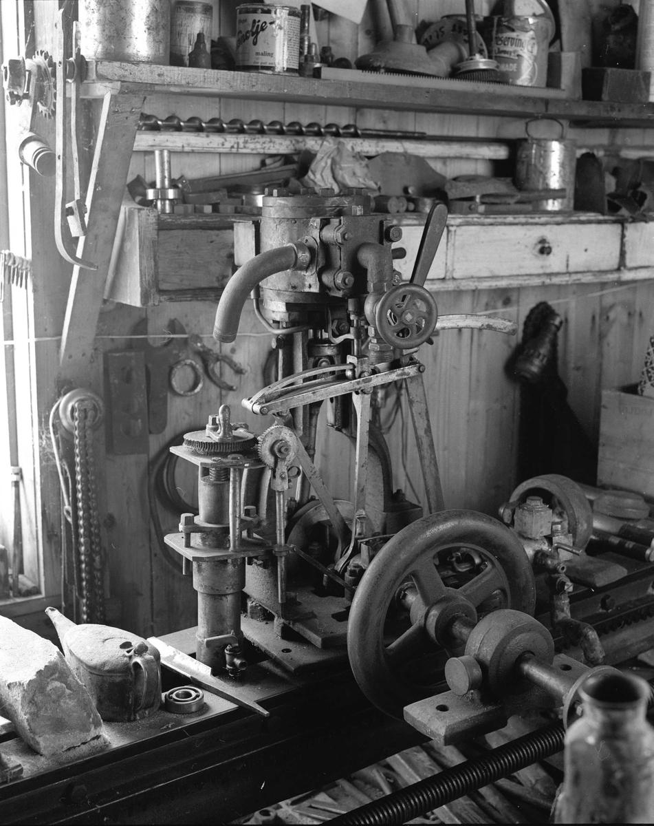 Svartdahl Bruk Maskiner 102A-4 Dampmaskin for båt, 5 HK. Bygget av A. Herman i mellomkrigstiden. Brukt i båt på Bølertjern, på Øyeren fra 1942. Ikke brukt siden 1940-årene. På bildet står den oppstilt på  dreibenken 102A-1 sammen med ulikt annet.