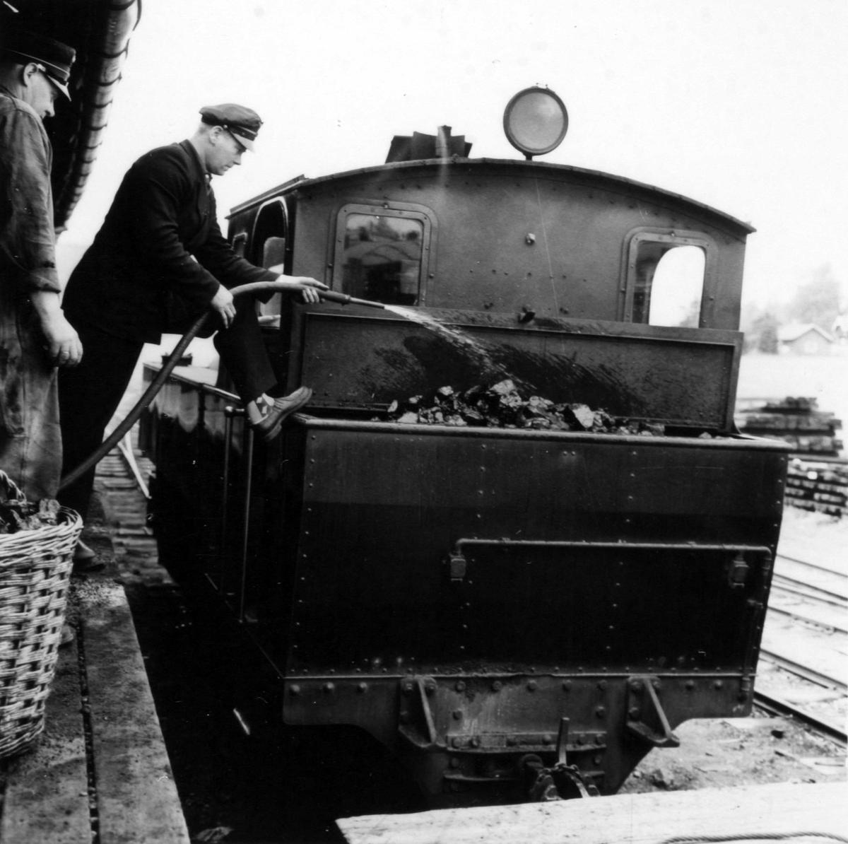 Kullfylling under oppholdet på Bjørkelangen. Vanning av kull for å unngå støv.