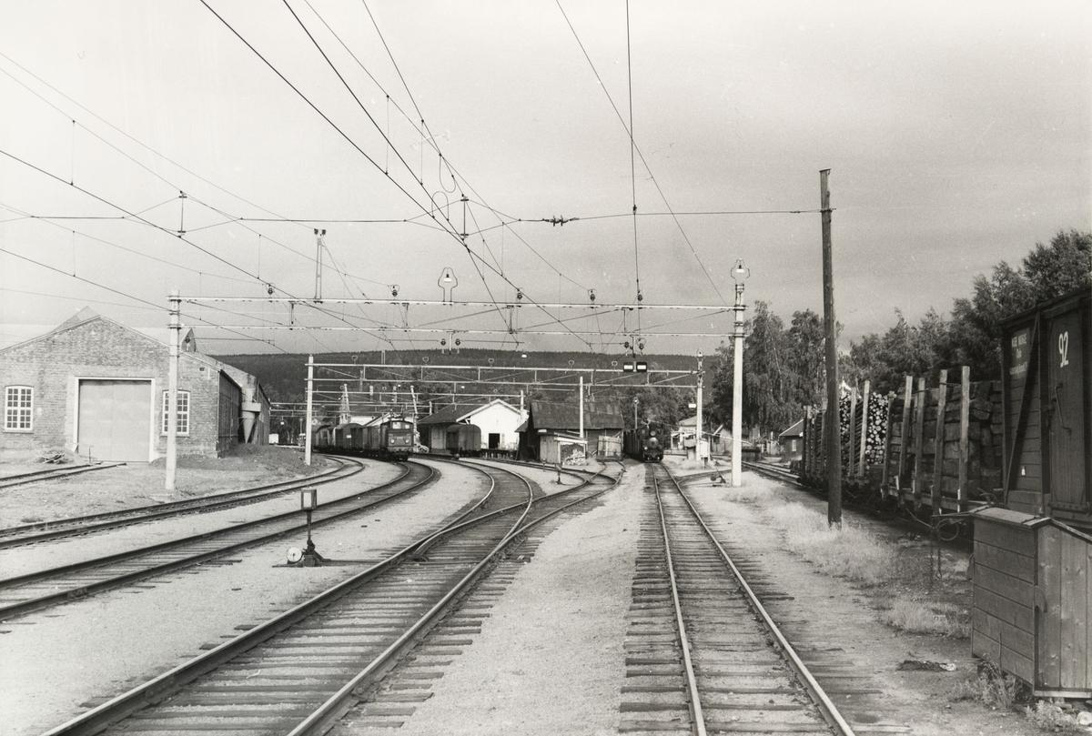 Skifting på Sørumsand stasjon med lok 7 Prydz og normalsporet lok El 10.2511.