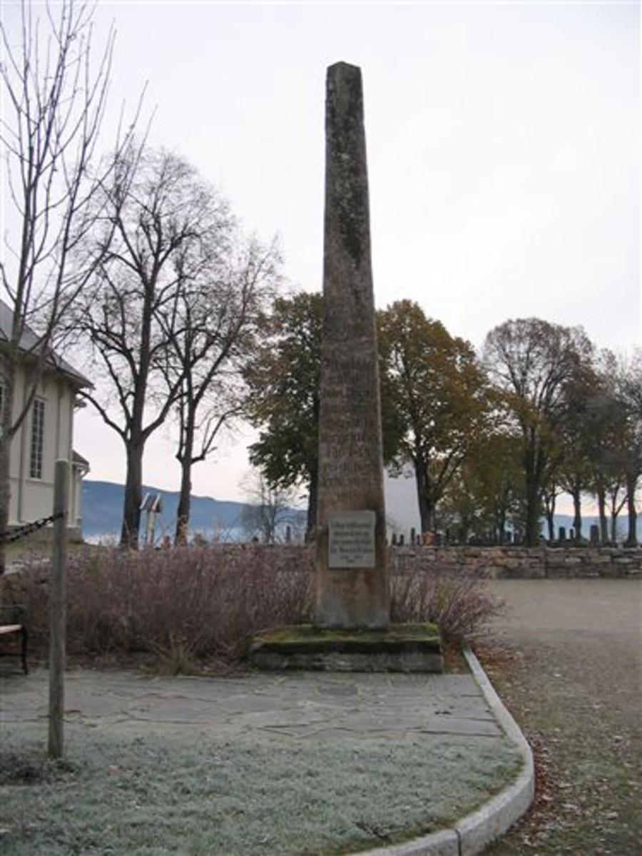 Kjøreanvisning: Bauta ved Bø kyrkje,1 km fra Bø sentrum  Opplysningene om krigsminnesmerkene på disse sidene ble samlet og registrert i en prosjektperiode fra 2007 til 2011. Prosjektet er avsluttet og opplysningene blir ikke oppdatert. Forsvarets museer har ikke originalene til bildene. Prosjekteier var Forsvarsdepartemenet ved Forsvarsstaben (nå FFT).   Selv om krigsminnemerkene har fått museumsnummer, er de ikke en del av Forsvarets museer samling og eies ikke av Forsvarets museer. Der hvor ikke annet er oppgitt er det kommunen de står i som er ansvarlig for både vedlikehold og plassering.