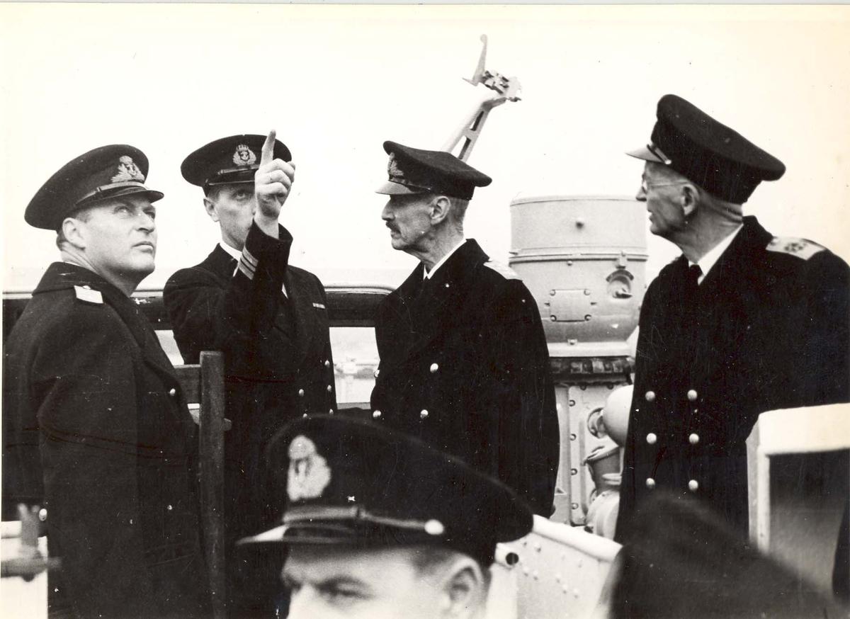 """Jageren """"Stord"""".  HM Kong Haakon på inspeksjon under 2. VK.  Fra venstre Kronprinsen, skipssjefen  H. Øi, Kongen, Kontreadm. E. Corneliussen."""