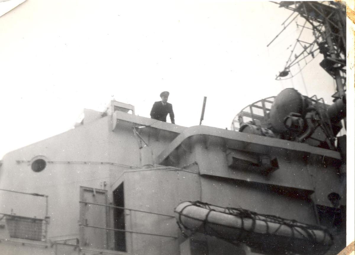 Enkeltbilde. C-kl jager KNM Bergen ankommer Bergen for første gang. sjefen på brua.