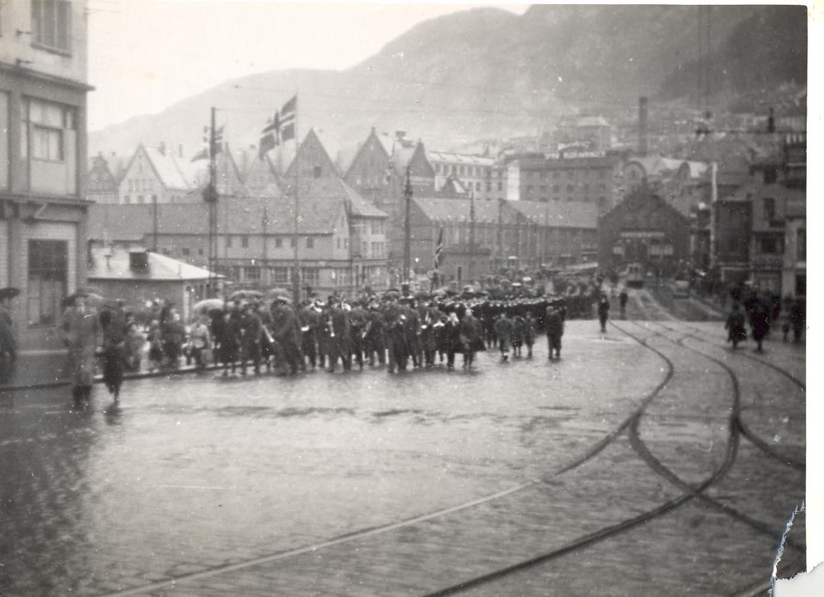 Enkeltbilde. C-kl jager KNM Bergen ankommer Bergen for første gang. parade og marsjering gjennom  byen.
