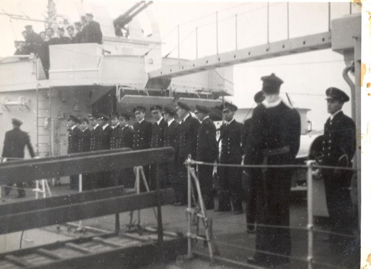 Enkeltbilde. C-kl jager KNM Bergen ankommer Bergen for første gang. mannskapene oppstilt, fartøyet legger til kaia.