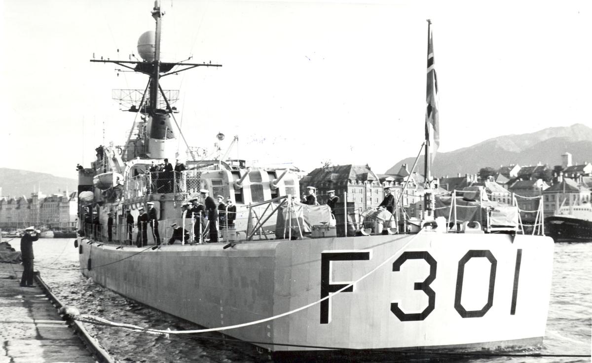 """Oslo-kl.fregatt KNM """"Bergen""""  legger til kai i hjembyen for første gang, 22.09.1967."""