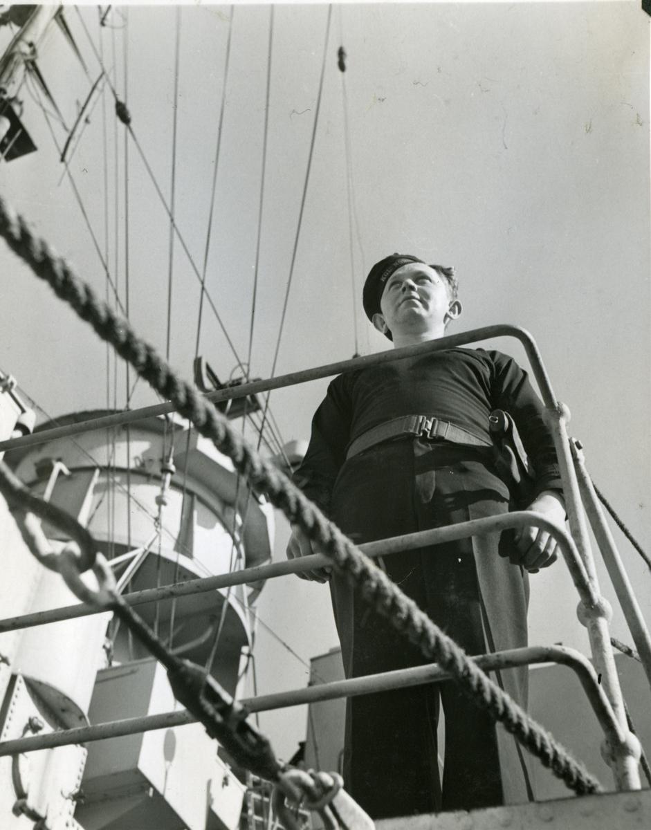 """Album Glaisdale H.Nor.M.S. """"Glaisdale"""". Fotograf: Keystone press. Tjeneste på broen"""