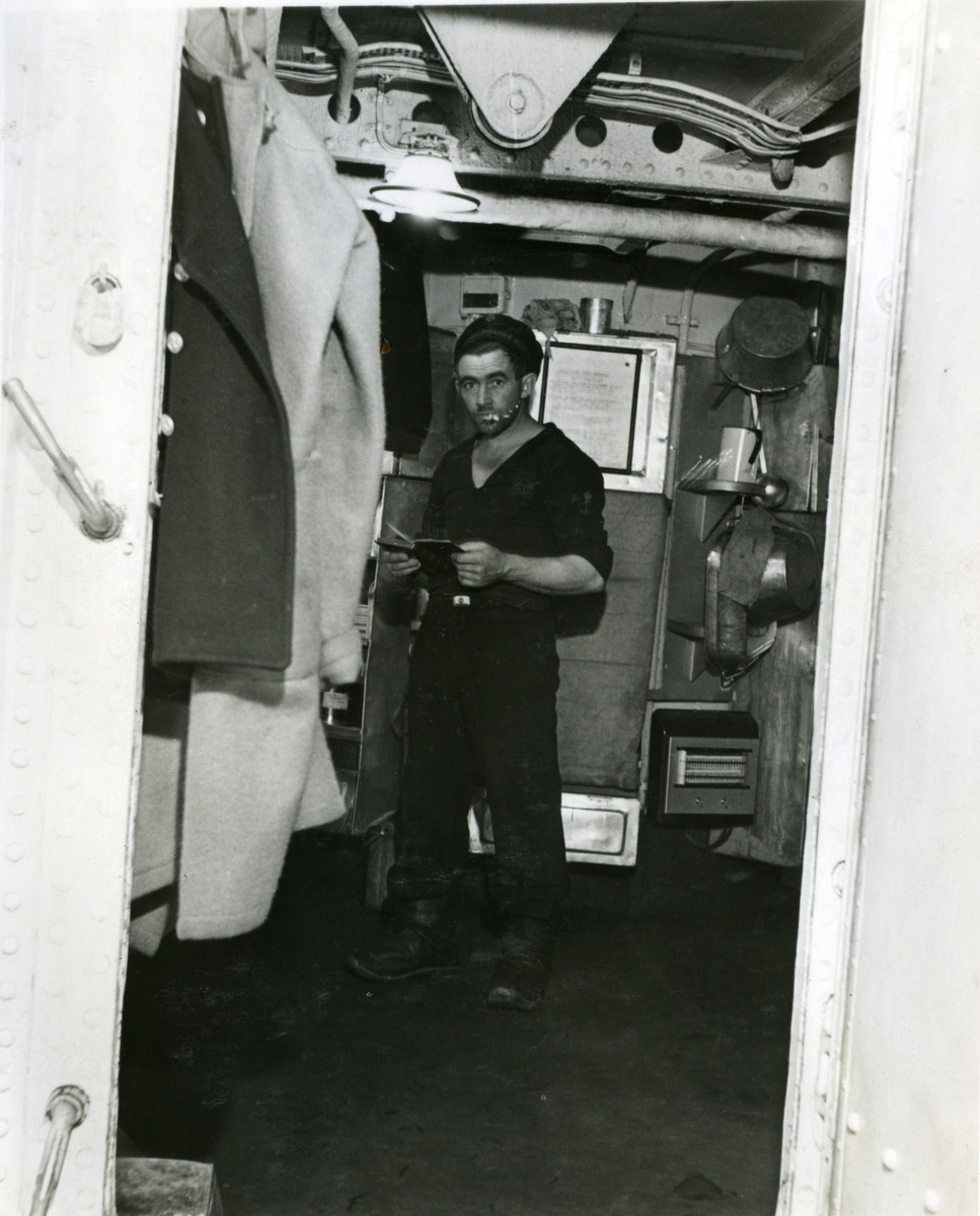 """Album Glaisdale H.Nor.M.S. """"Glaisdale"""". Fotograf: Keystone press. På lavere dekk."""