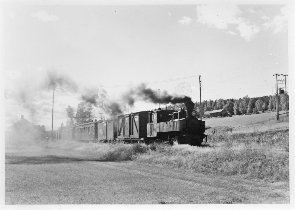 Lok 4 Setskogen etter avgang fra Hornåseng stasjon med tog retning Sørumsand.